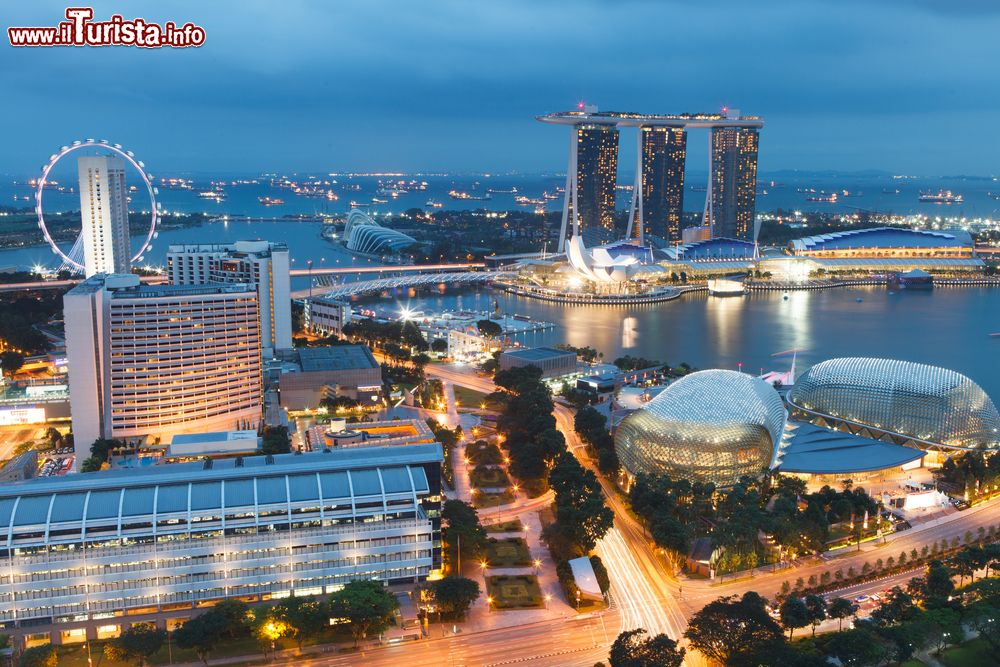 Immagine Panorama serale di Singapore, sulla destra le due cupole di Esplanade theater on The Bay