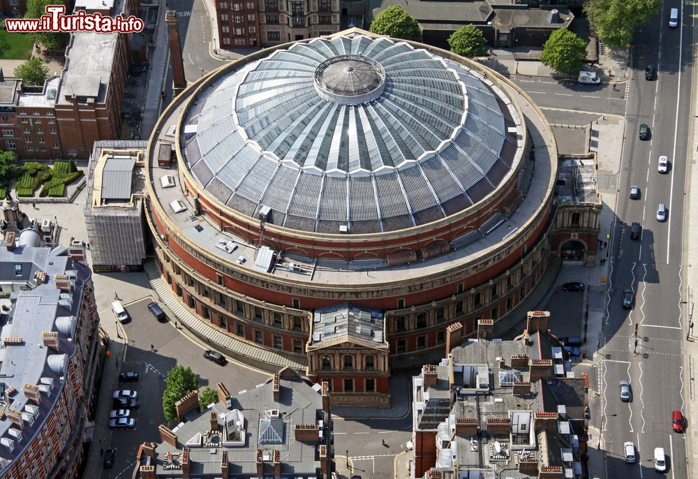 Immagine Con una capienza di 5.500 posti The Royal Albert Hall of London è uno dei più importanti teatri a Londra: vista aerea dell'arena Londinese