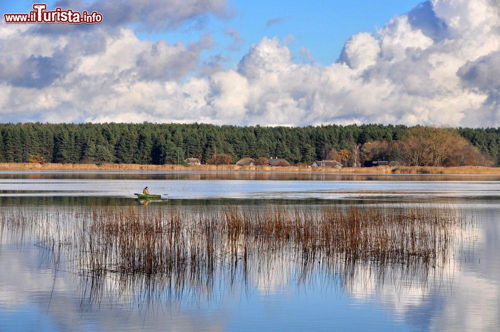 Paesaggio della lettonia sul lago juglas nei foto for Casetta sul lago catskills ny