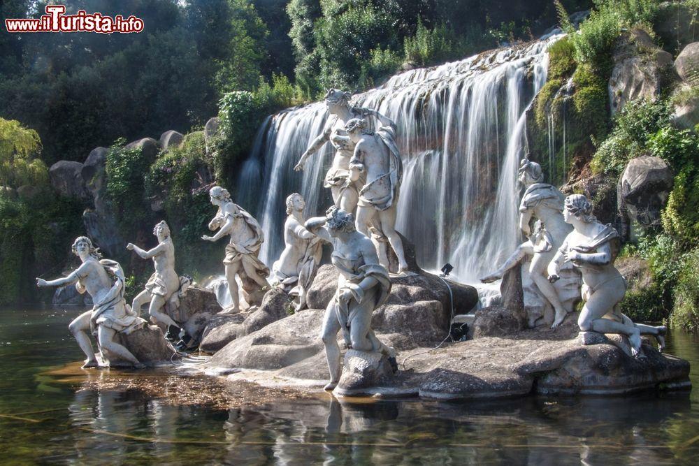 Una cascata monumentale nei giardini della reggia - Immagini di giardini di villette ...