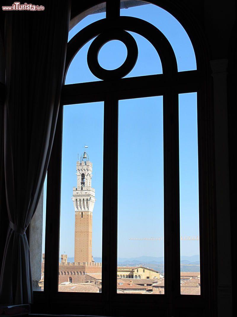 Il panorama da una finestra della pinacoteca foto - La finestra siena ...