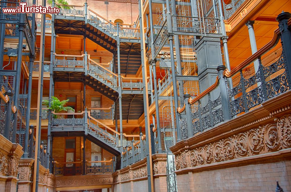 Immagine Interno del Bradbury Building l'iconico edificio di Los Angeles
