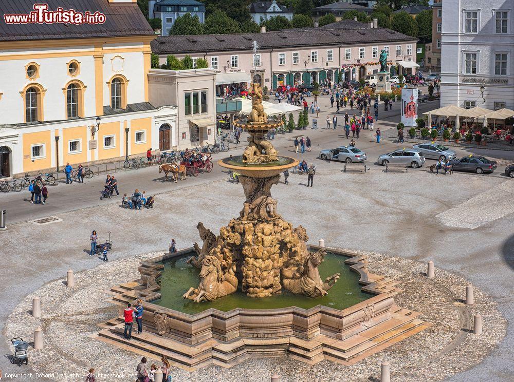 Vista aerea della fontana di residenzplatz a foto for Cabine spartiacque vista lago fontana