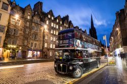 L'autobus del Ghost Tour lungo il Royal Mile di Edimburgo (Scozia) - foto © f11photo / Shutterstock.com