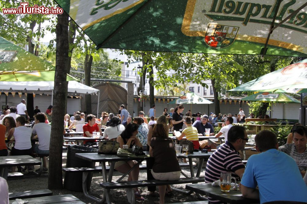 Bohemian beer garden nel quartiere di astoria foto new york city astoria for Puglia garden city ny