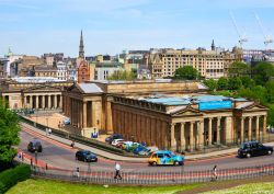 Vista panoramica sulla Scottish National Gallery di Edimburgo (Scozia), esempio di architettura neoclassica progettato da William Henry Playfair - foto © vetasster / Shutterstock.com