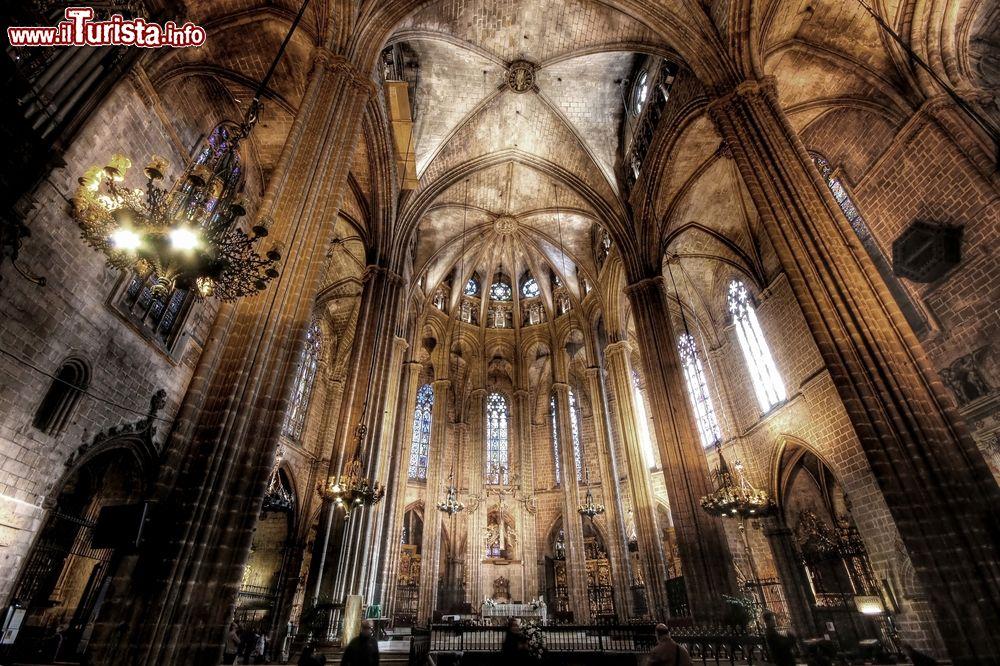 Interno Della Cattedrale Gotica Di Barcellona Foto