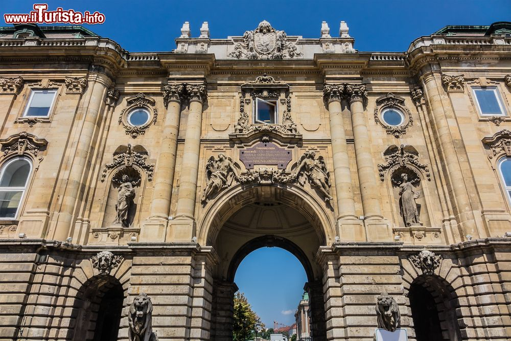 La porta dei leoni del castello reale di budapest - Ugc porta di roma programmazione ...