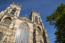 "La parte superiore della facciata di York Minster, nota in inglese anche come ""Cathedral and Metropolitical Church of St.Peter""."
