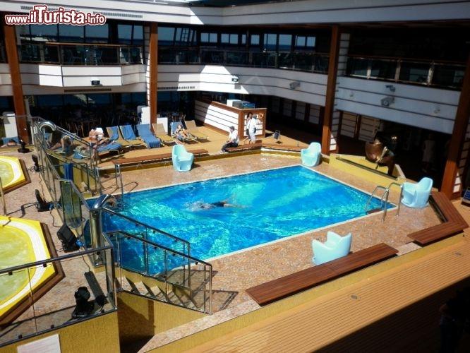 Costa favolosa quattro piscine di cui una con copertura for Cabine al lago della piscina di joe