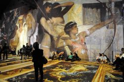 Una proiezione multimediale dentro all'Atelier des Lumieres di Parigi