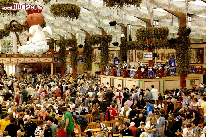 Folla all'interno di un tendone all'Oktoberfest di Monaco - Foto München Tourismus/G. Blank