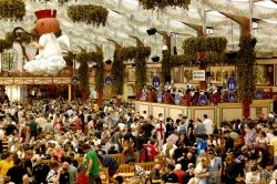 Folla all'interno di un tendone all'Oktoberfest ...