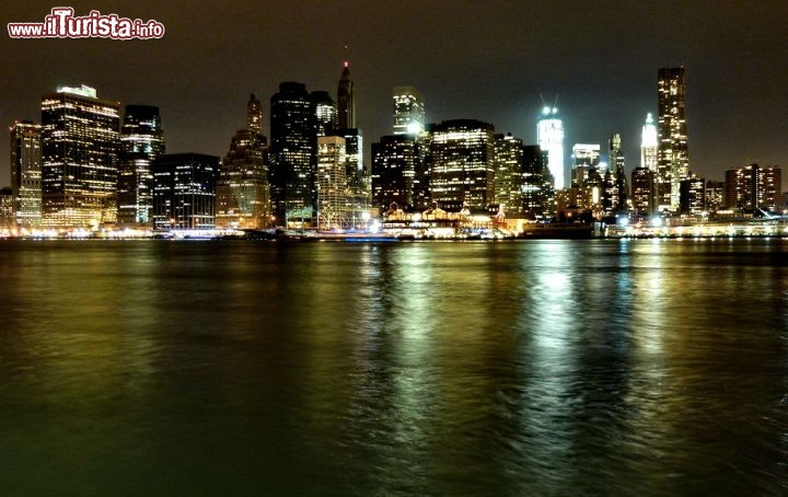 Manhattan by night si riflette sull'acqua dell'East River