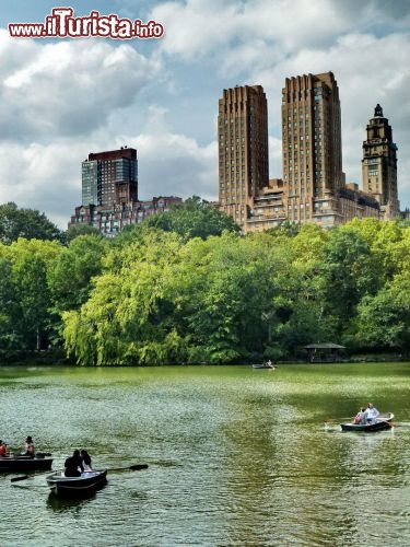 Sailing a new york in barca a remi a Central Park