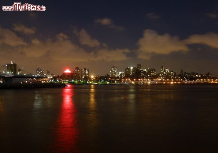 Brooklyn di notte vista dal Seaport Historic District