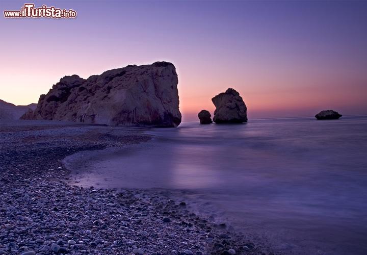 Pafos, isola di cipro: è qui presso lo scoglio di petra tou romiou