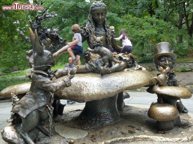 Statua Alice Nel Paese Delle Meraviglie A Central