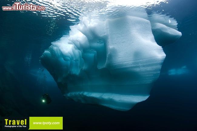 Un mini iceberg fotografato sott 39 acqua da franco banfi www for Incollare sott acqua