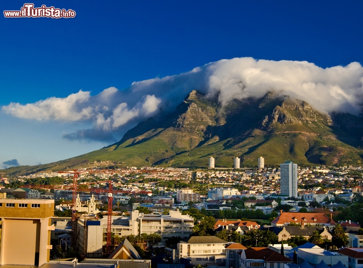 Cape Town: la famosa Table Mountain, Sudafrica -  La sua forma piatta la rende facile da riconoscere anche a distanza