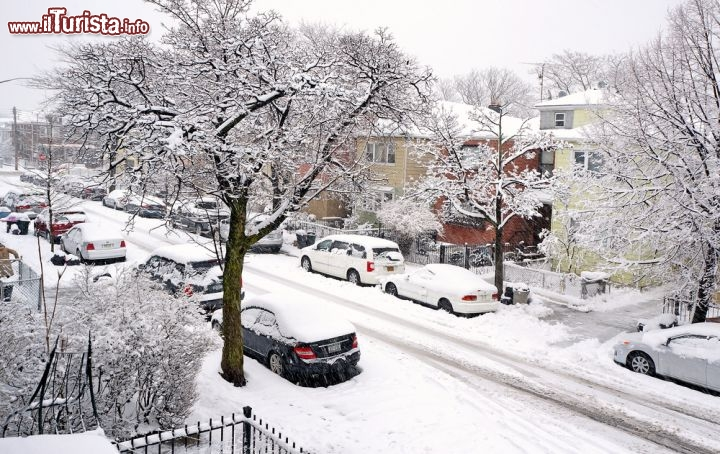Immagine Neve nel quartiere Queens a New York City - © JellyRollDesigns / Shutterstock.com