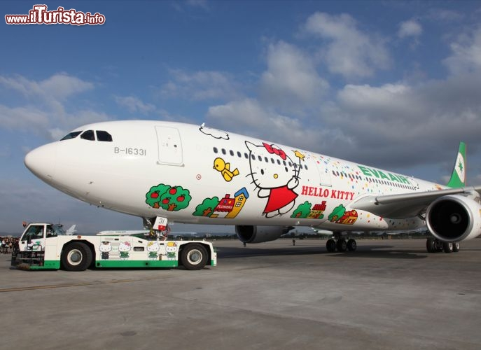 Il volo Hello Kitty sulla pista del Taiwan Taoyuan International Airport - Foto cortesia, EVA Air - www.evaair.com