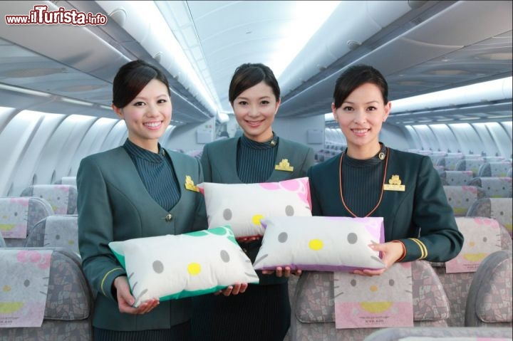 Hostess e cuscini Hello Kitty - Foto cortesia, EVA Air - www.evaair.com