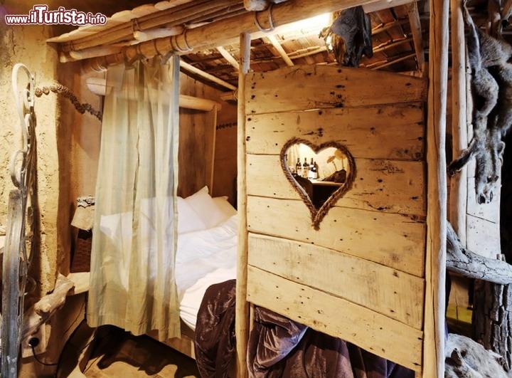 Stanza romantica in legno dentro l 39 hotel la ballata degli for Legno arredamento trova lavoro in toscana