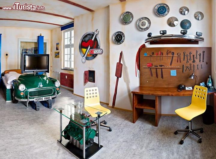 V8 hotel motorlword stoccarda la camera a tema garage con for Stanza sopra il garage