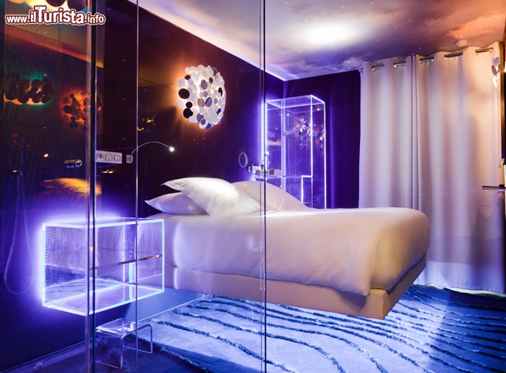 La stanza a levitazione dell 39 albergo seven di parigi - Camera da letto particolare ...