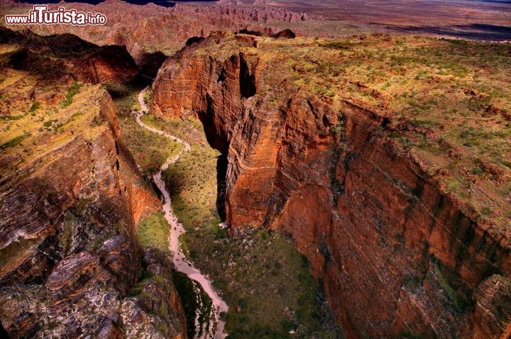 Australia: volo a bassa quota sui Bungle Bungles. Il percorso del Piccaninny Creek si insinua dentro i Bungle Bungles formando una valle che viene chiamata The Fingers