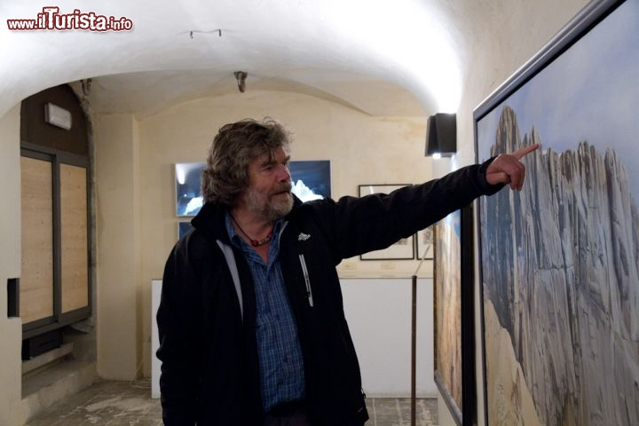 Reinhold Messner all'interno del Messner Mountain Museum Monte Rite