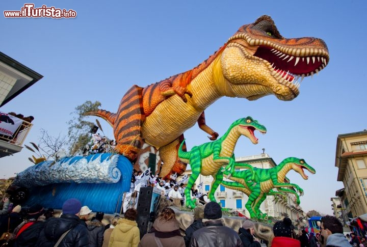 Uno spettacolare carro con dinosauro al carnevale di for I murales piu belli del mondo