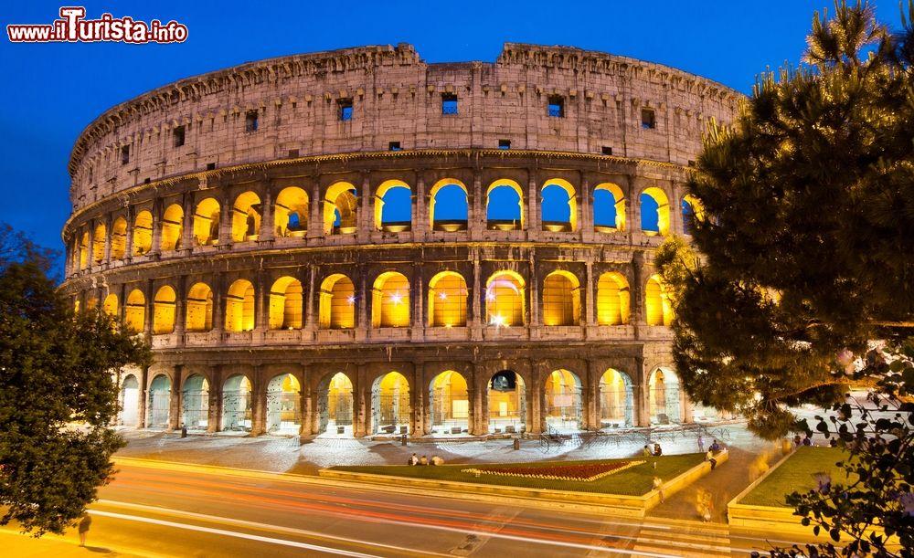 La Luna sul Colosseo Roma
