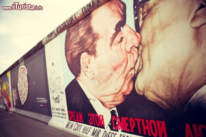 Immagine The Mortal Kiss, Il bacio tra Breznev e Honecker, nel famoso murales di Berlino © gianlucabartoli /  iStockphoto LP.
