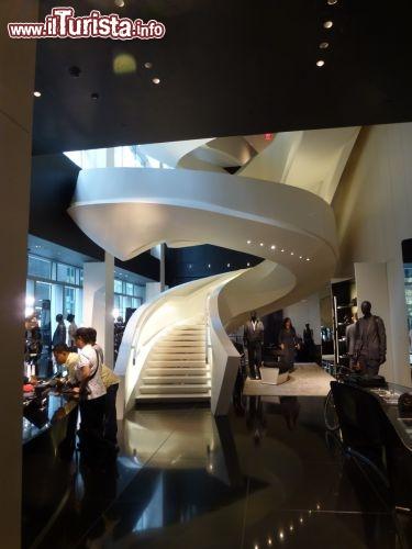 Armani store e la sua splendida scala a new york for Armani new york