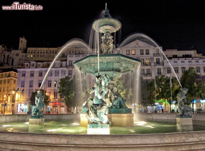 Una delle fontane in piazza del rossio a lisbona - Le fiere piu importanti nel mondo ...