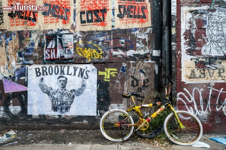 Immagine Graffiti e degrado a Brooklyn, tra i vari murales di New York City - © gabriel12 / Shutterstock.com