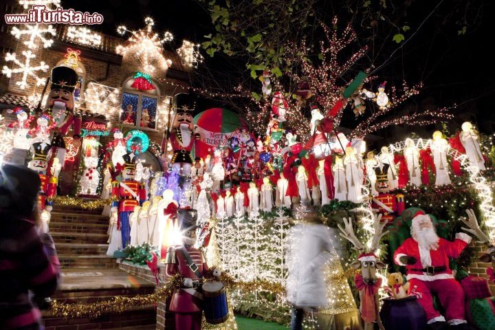 Immagine Luci natalizie a Dyker Heights, Brooklyn, New York City - © Marley White / nycgo.com