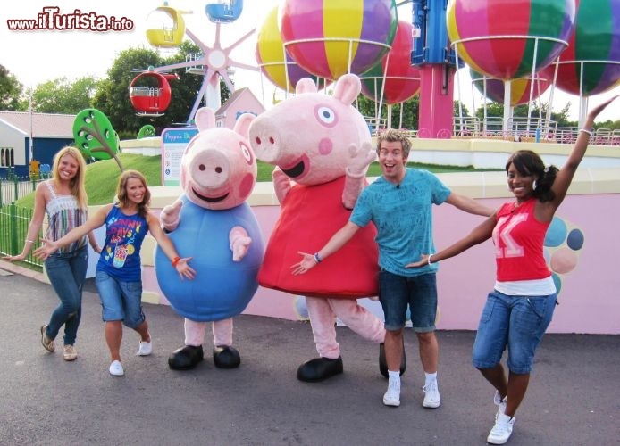 Visitatori e animatori all'opera all'interno di Peppa Pig World in Inghilterra - Cortesia foto peppapigworld.co.uk