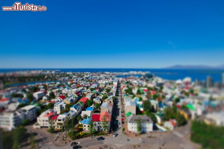 le casette colorate di reykjavik in tilt shift la