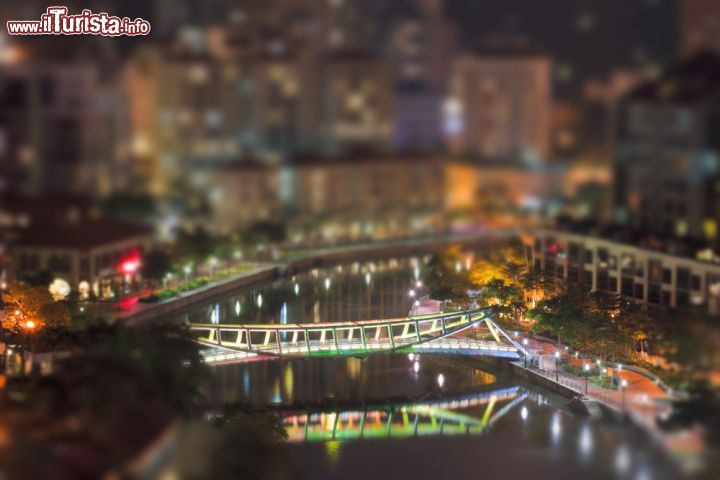 Foto notturna di Singapore con Tilt-Shift - © f9photos / Shutterstock.com