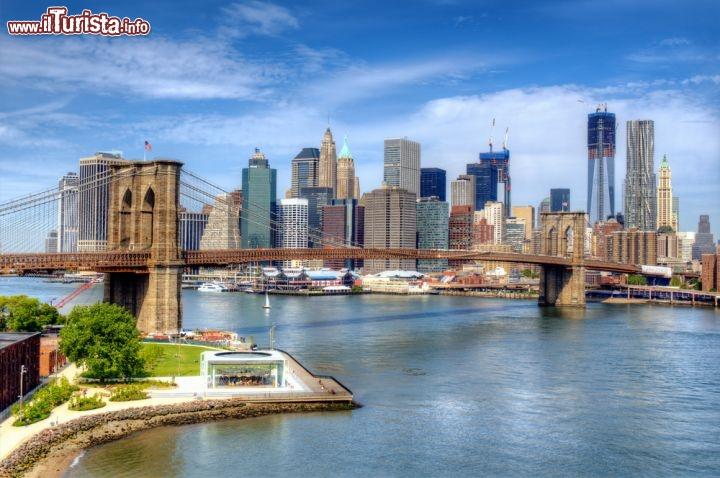 East River E Ponte Di Brooklyn A New York City Foto