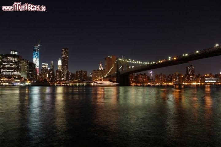 Fotografia di notte del ponte di brooklyn illuminato for Foto new york notte