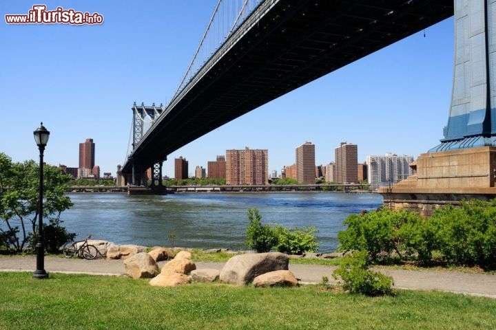 Immagine Il Manhattan Bridge visto dal Brooklyn Bridge Park in una giornata assolata di settembre