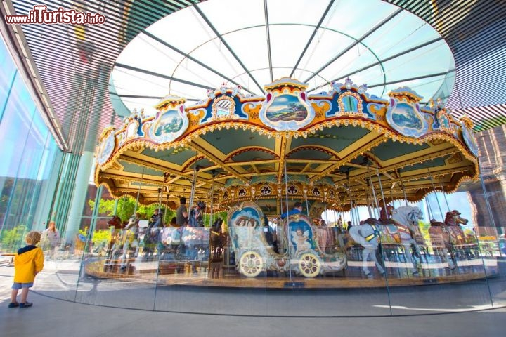 Immagine La storica giostra Jane's Carousel all'Empire Fulton Ferry State Park parte del Brooklyn Bridge Park - © littleny / Shutterstock.com