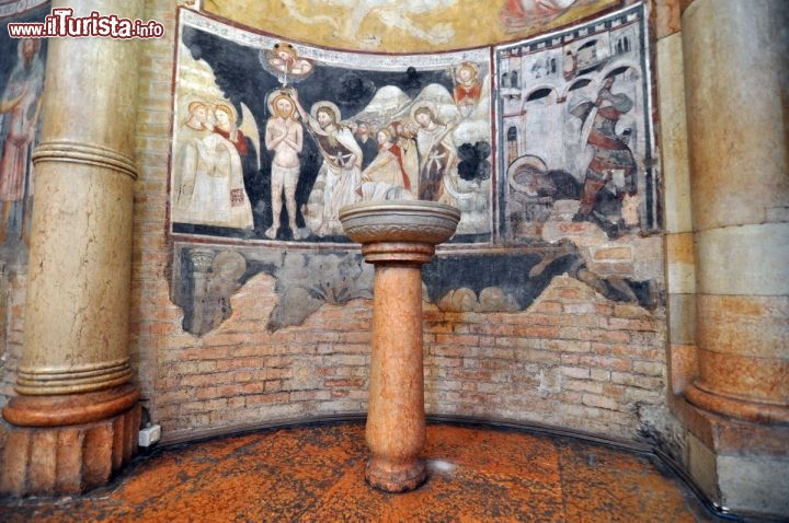 Un piccolo Fonte Battesimale all'interno | Foto Parma