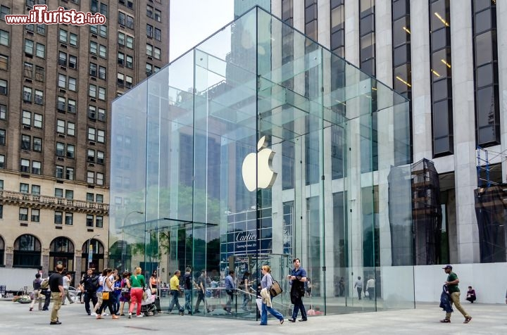 Immagine L'Apple Store sulla Fifth Avenue a New York City - © Marco Rubino / Shutterstock.com