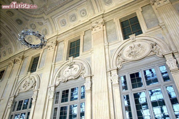Stucchi in stile barocco in un corridoio interno for Palazzo in stile messicano
