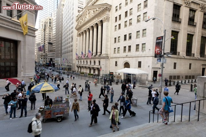 Immagine La movimentata via di Wall Street e il NYSE la Borsa di New York City - © NYC & Company / Will Steacy